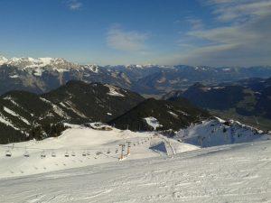 Piste 1 (rot) vom Onkeljoch (2050m) mit Blick abwärts zur Bergstation der Spieljochbahn.