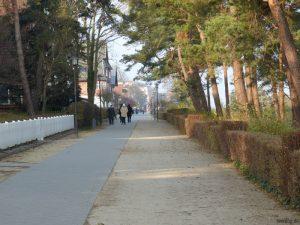 Spaziergang entlang der Strandpromenade