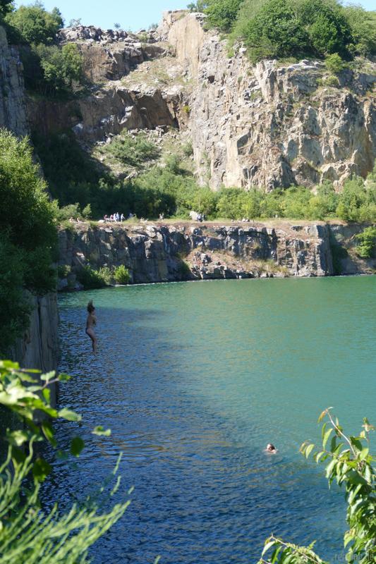 Mädchen spring in See
