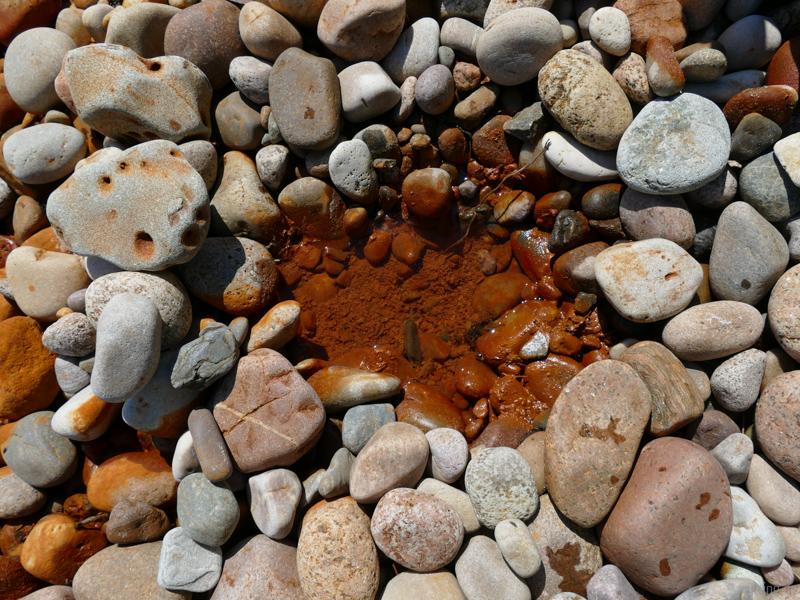 Vældekilde Quelle roter Stein